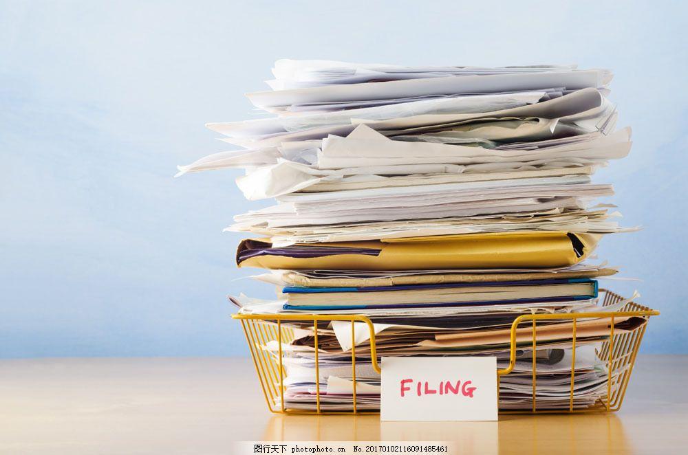文件筐里堆积如山的文件图片