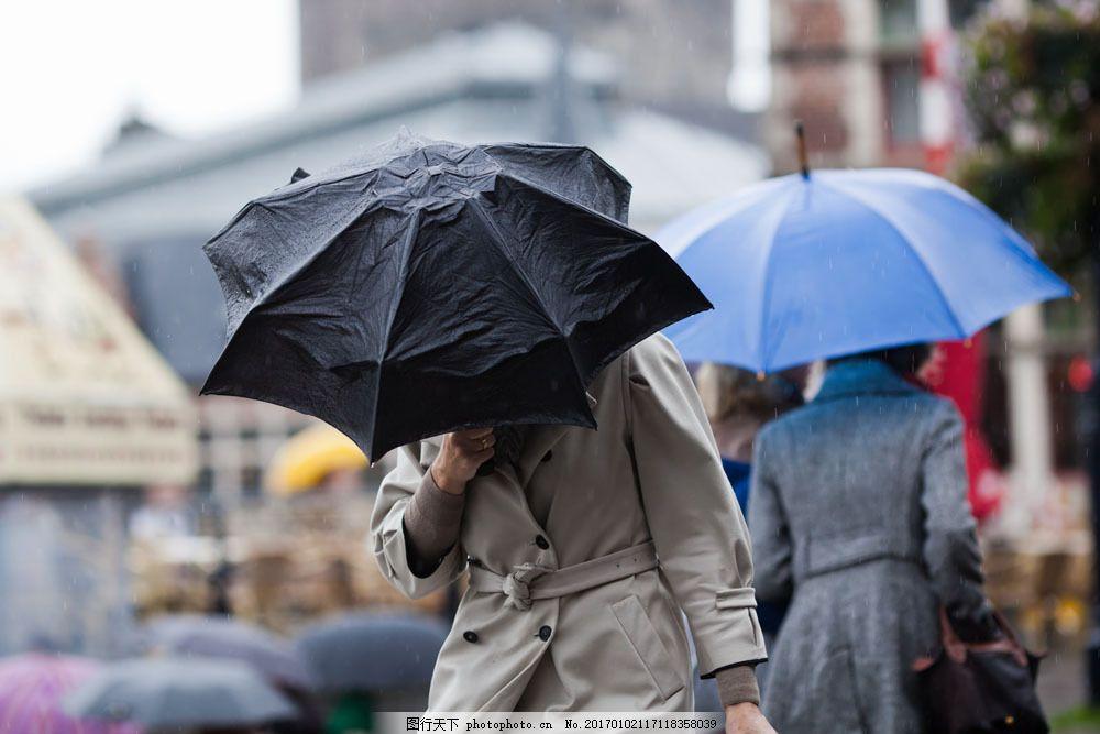 撑伞行走的美女