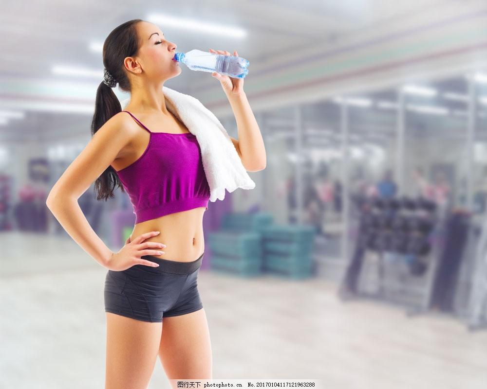 喝水的运动美女图片素材 瘦身美女 健身美女 运动美女 性感美女 欧美