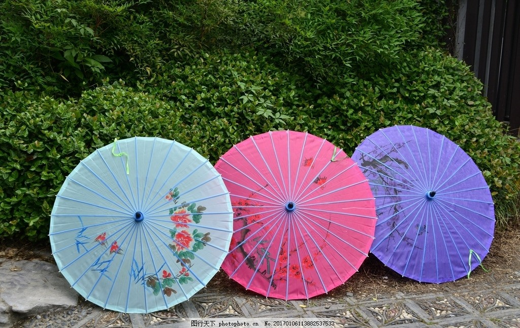 路边的油纸伞 撑开 树木 植物 彩色 绘画 花纹 复古 摄影 生活百科