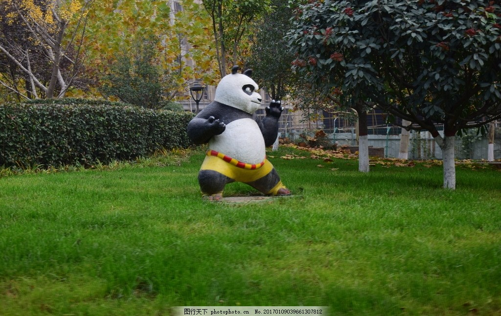 草地上的功夫熊猫塑像 园艺设计 卡通动物雕塑 园林雕塑 绿色草地