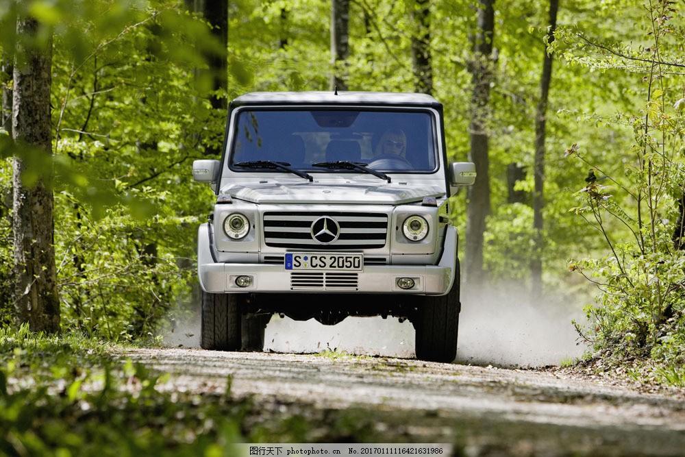 山路上的奔驰汽车图片
