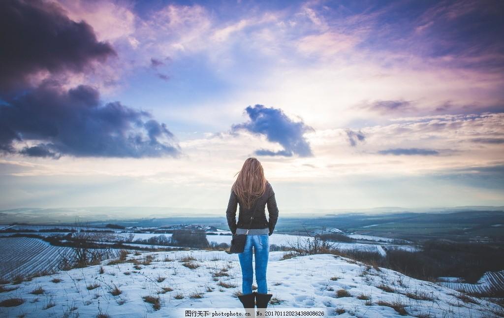 设计图库 人物图库 人物写真  雪地女生背影 雪地 冬天雪地 冬天 冬季