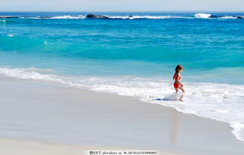 沙滩上的 小女孩 背影 背景 玩水 大海边 海滩 大海 风景 摄影 人物