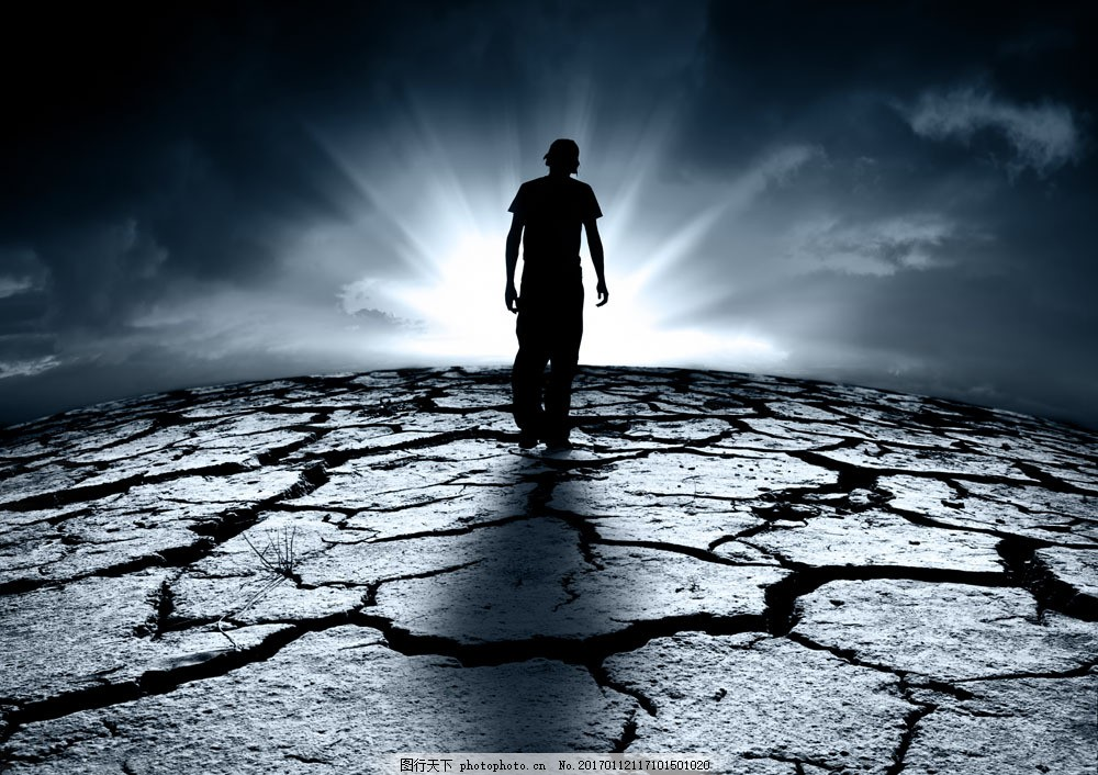站在裂缝土地上的男人图片素材 男人 土地 裂缝 缝隙 阳光 天空 人物