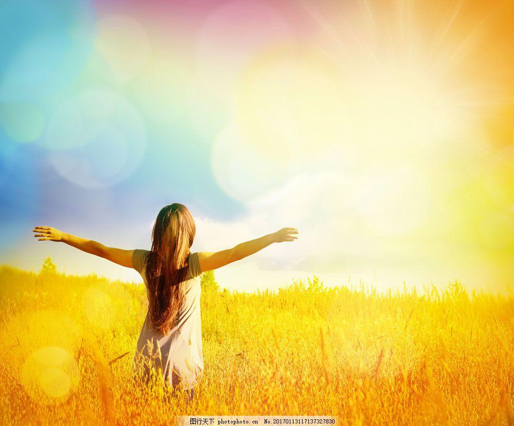 麦田里的美女图片素材 秋天风景 美女背影 梦幻光斑 伸开双手 秋季