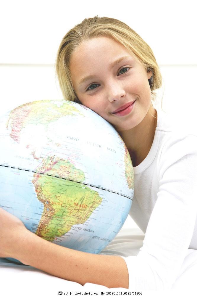 抱地球仪的女孩图片