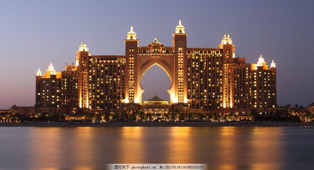 河边的欧式建筑夜景图片