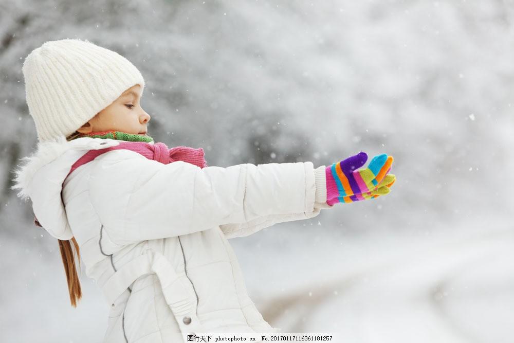 伸开双手的小女孩 伸开双手的小女孩图片素材 冬天风景 雪地 雪花