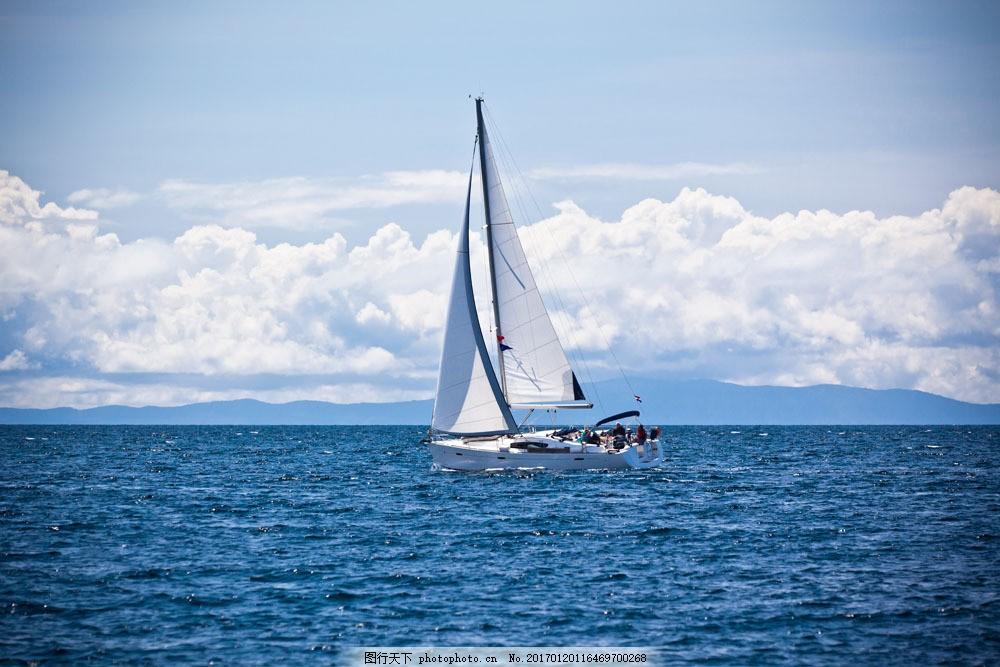 蓝天白云大海帆船图片