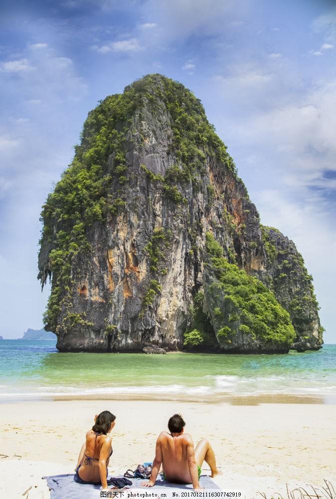 巨石前的海滩图片素材 巨石 大海 海滩 美女 男人 人物 大海图片 风景