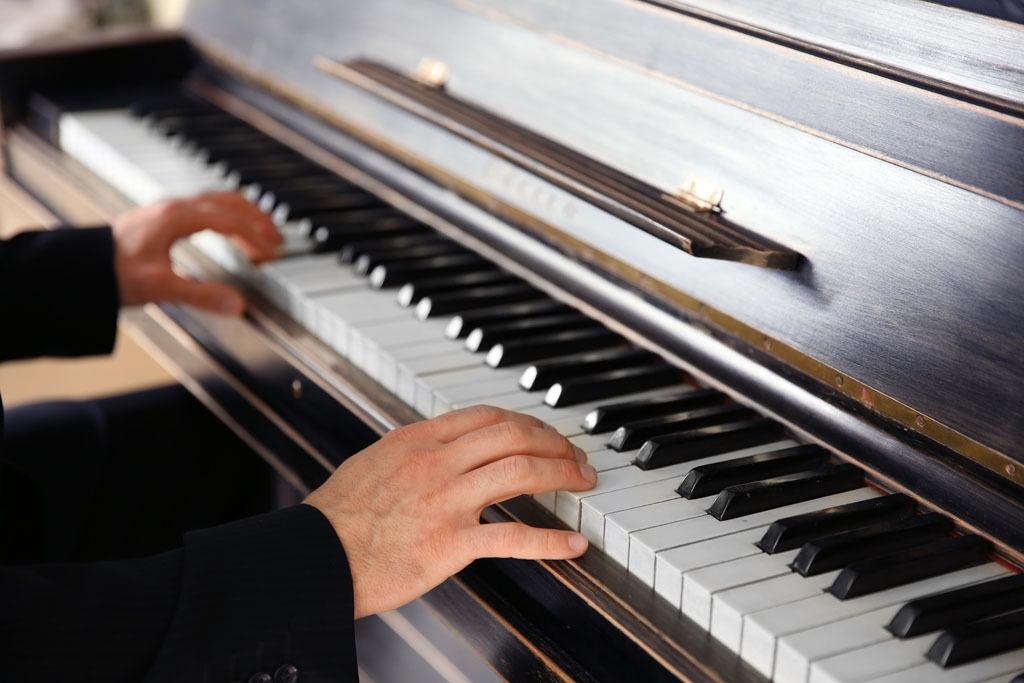 弹钢琴的男人图片图片