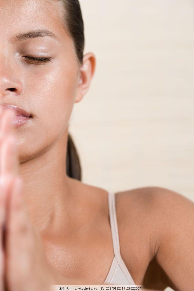 spa瑜伽美容人物高清大图 美容美体 海报素材 闭眼 陶醉 闭目养神