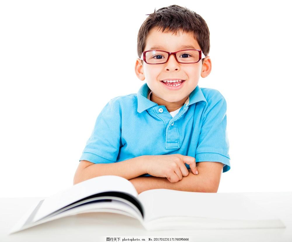 戴眼镜的小男孩图片素材 戴眼镜的小男孩 外国男孩 看书的小男孩 外国