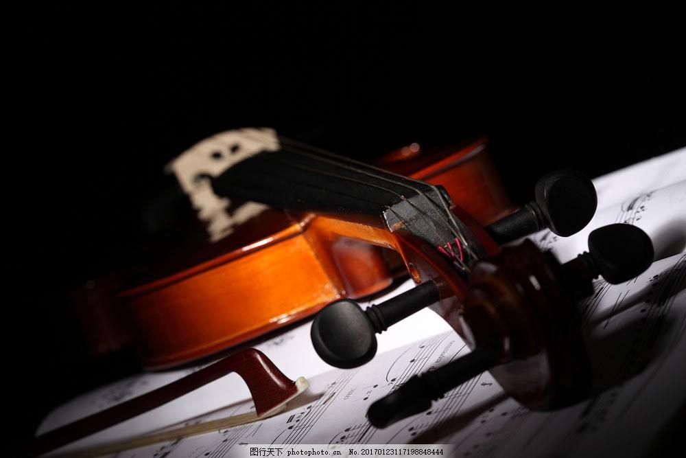 五线谱上的小提琴 五线谱上的小提琴图片素材 乐谱 五线音谱 音乐