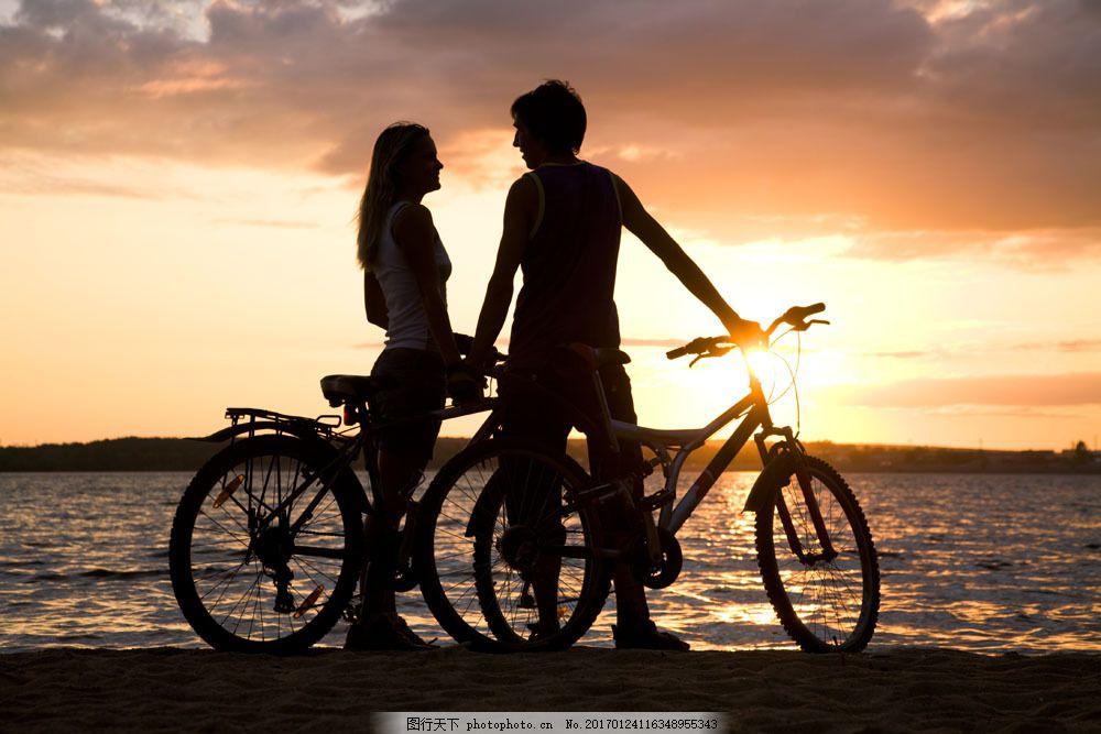 海边 交谈 情侣 自行车 人物 男人 女人 山水风景 风景图片 图片素材
