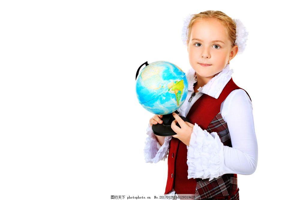 拿着地球仪的女孩图片