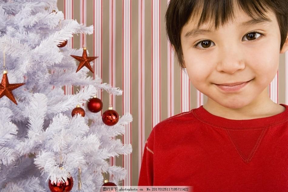 孩子的圣诞节 儿童 可爱 孩子 小孩 圣诞节 男孩 微笑 笑容 圣诞球