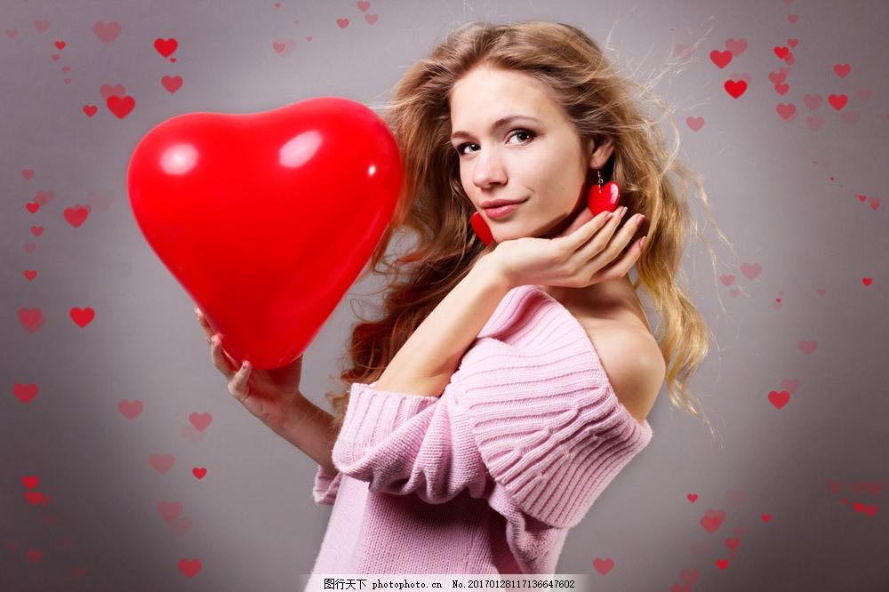手拿爱心气球的美女图片