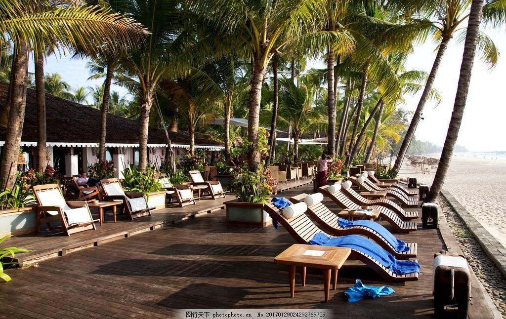 海岛度假 房子 椰子树 蓝天 沙子 沙滩椅 摄影 建筑景观