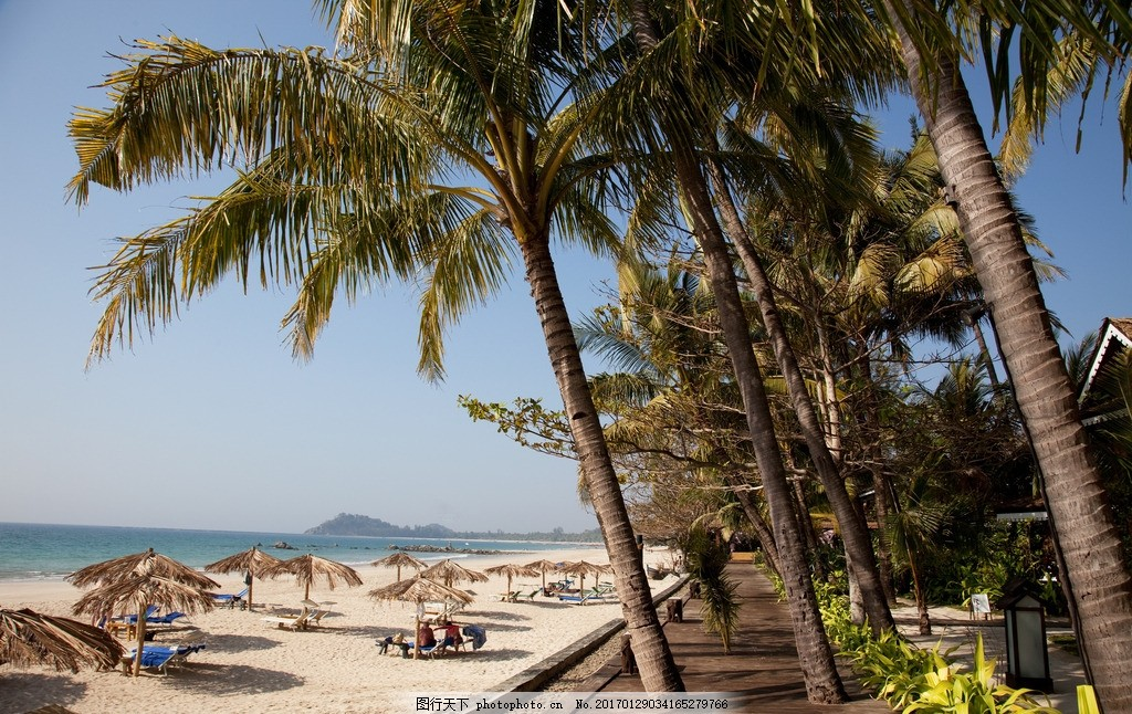 海岛度假 房子 椰子树 蓝天 沙子 沙滩椅 摄影
