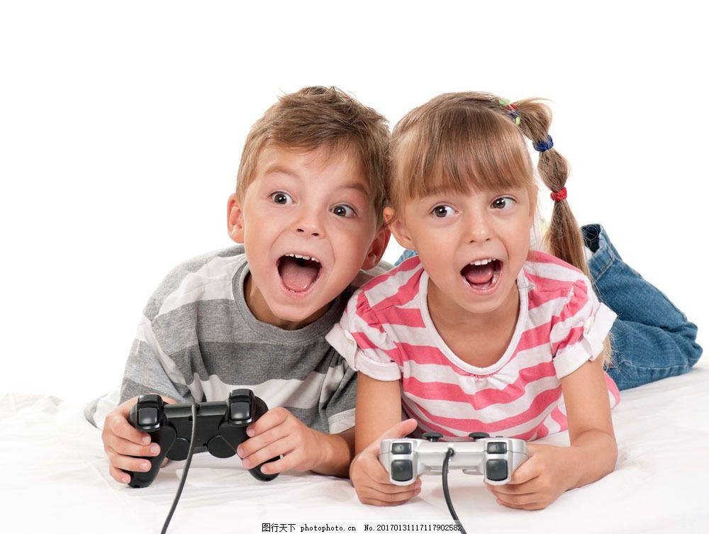 趴着 玩游戏 小男孩 小女孩 休闲生活人物 坐着 开心玩游戏 开心笑容