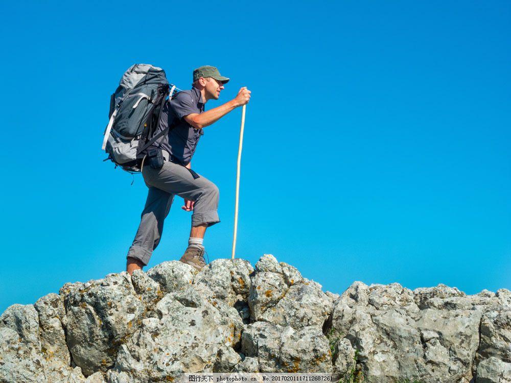 背包登山的外国男人图片