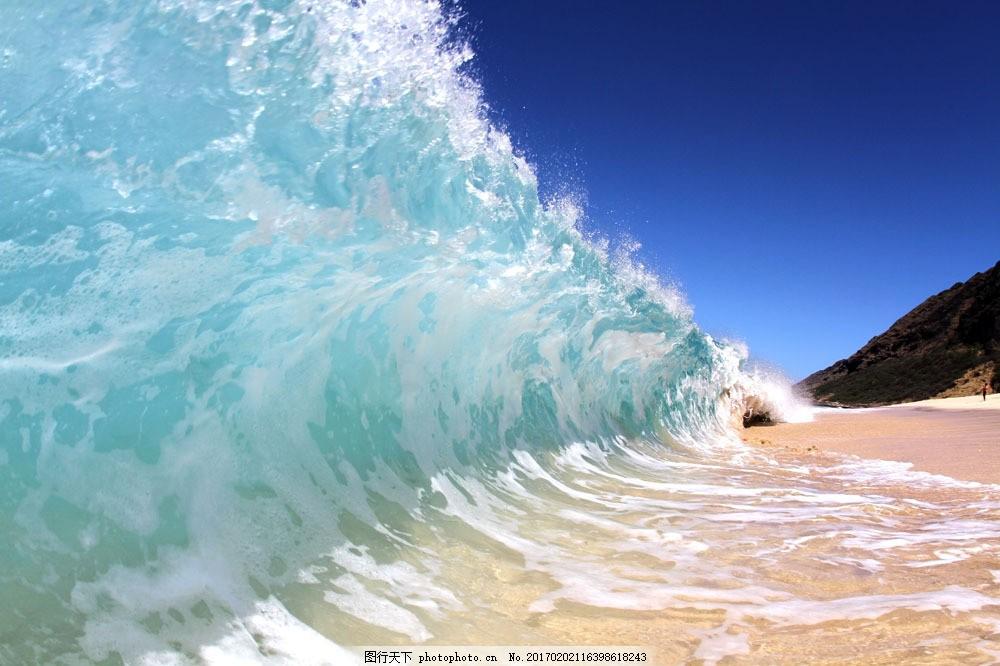 海滩蓝色清澈的海浪图片