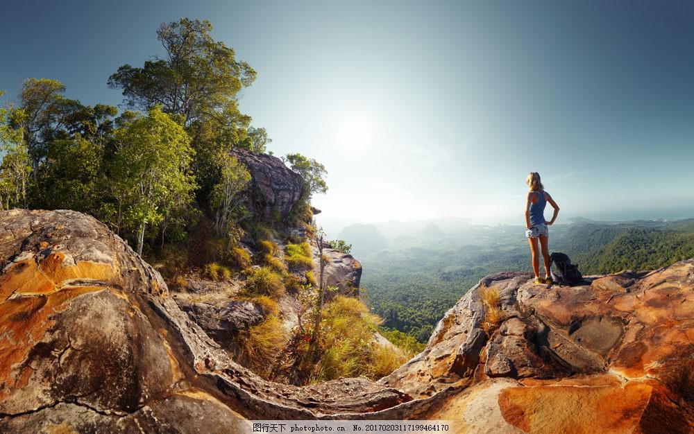 山顶看风景的美女图片