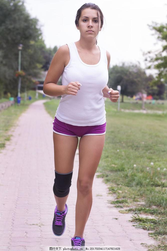 公园跑步运动美女图片