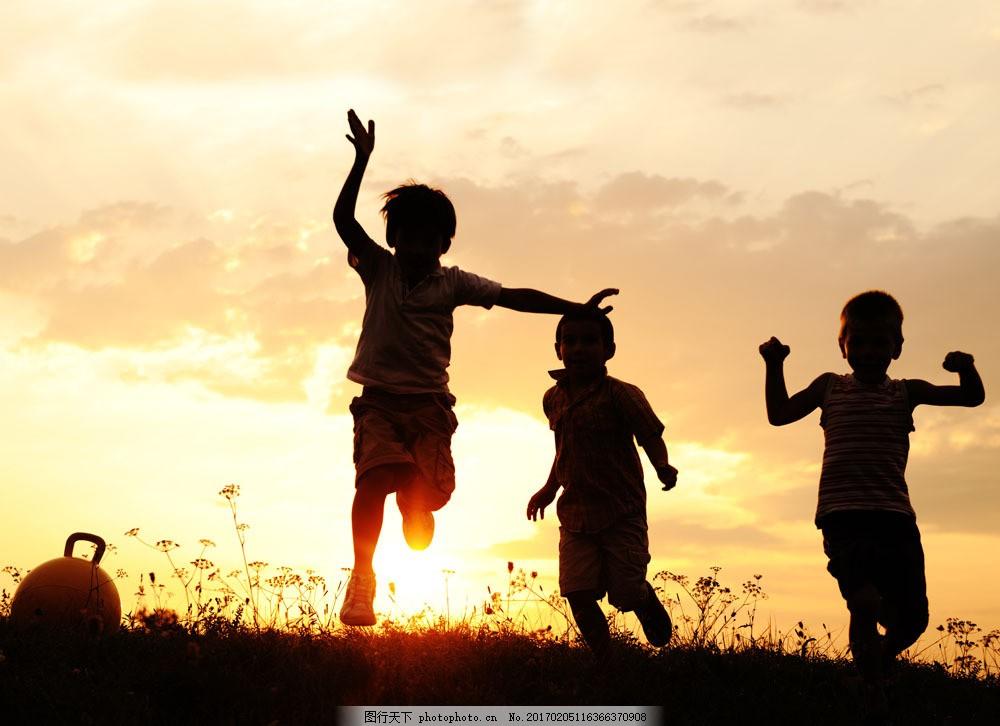 草地 奔跑 孩子 落日 黄昏 人物剪影 山水风景 风景图片 图片素材