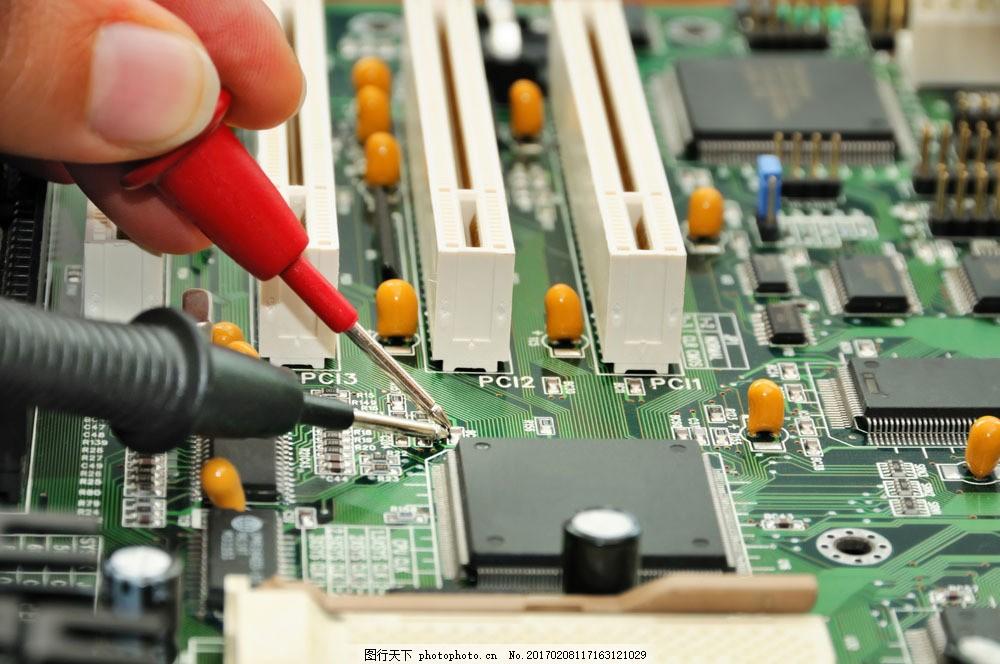 电路板上的螺丝刀 电路板上的螺丝刀图片素材 手 电线 电脑 维修