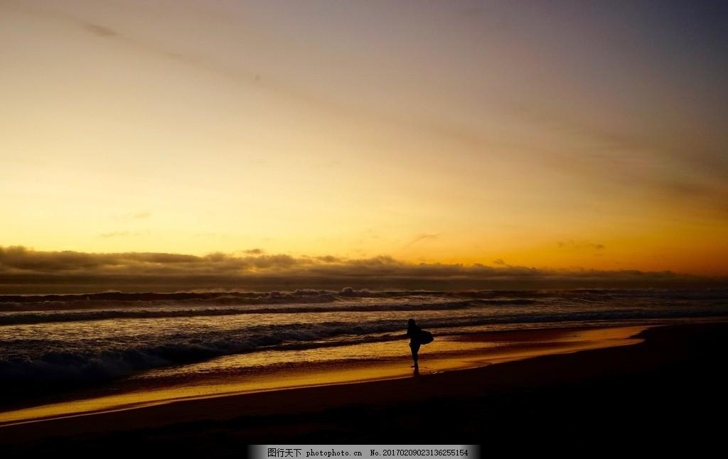 夕阳下的海边 海滩 沙滩 人物 人影 背影 傍晚 摄影 日常生活