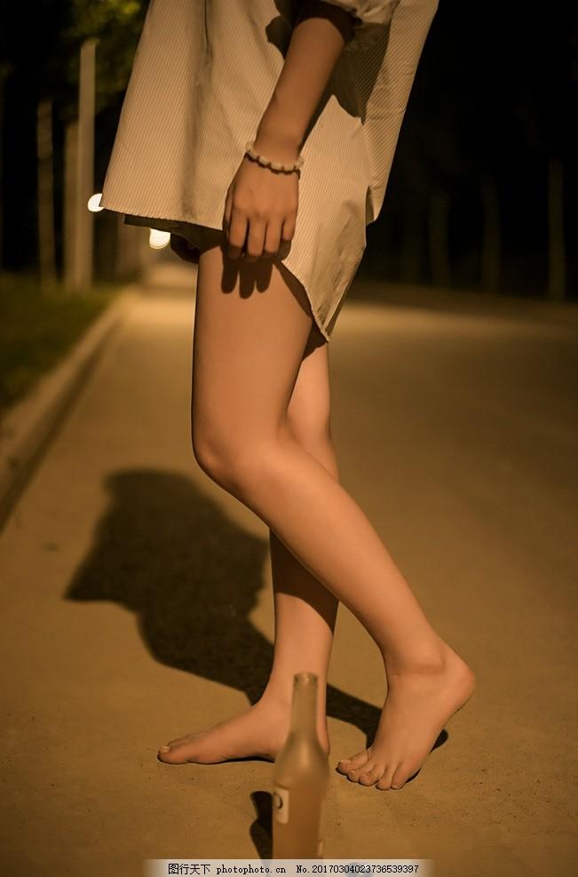 美女雨中赤脚_赤脚美女高清大图