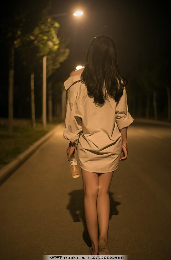 美女雨中赤脚_深夜中的赤脚美女