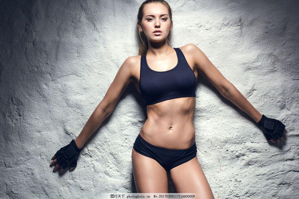 靠墙壁的瘦身美女 靠墙壁的瘦身美女图片素材 健身运动 美容瘦身