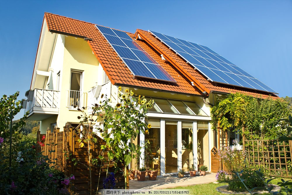 别墅屋顶上的太阳能图片