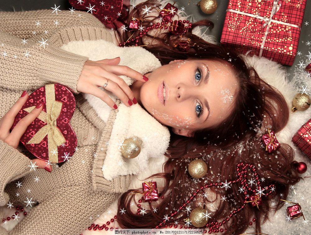 手拿爱心礼物的美女 手拿爱心礼物的美女图片素材 圣诞球 圣诞礼物