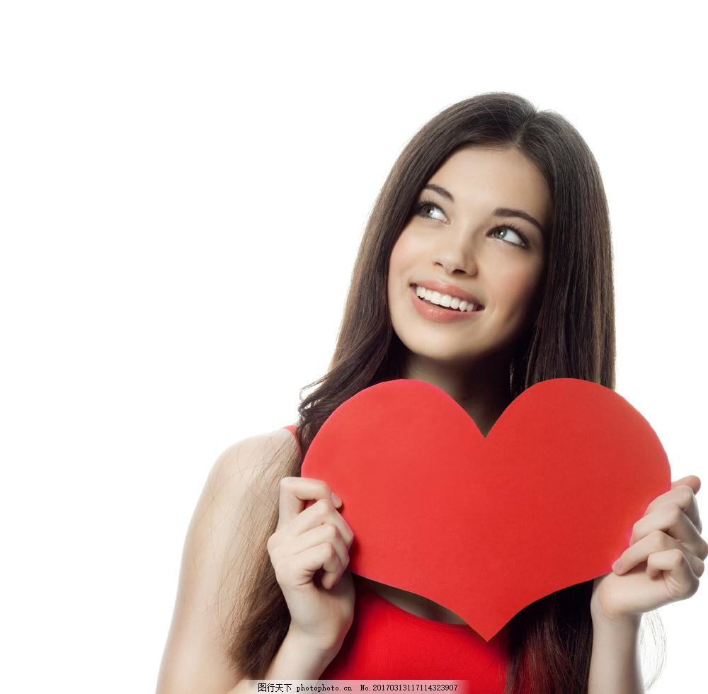 手捧爱心卡片的美女 手捧爱心卡片的美女图片素材 浪漫情人节 过情人节的美女