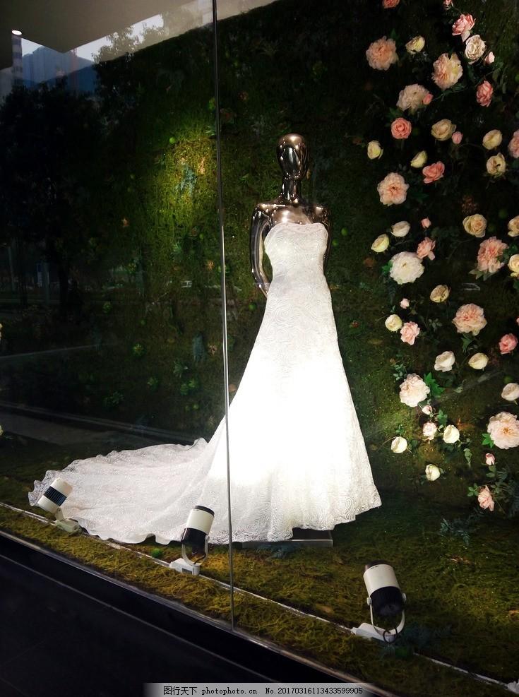橱窗里的婚纱