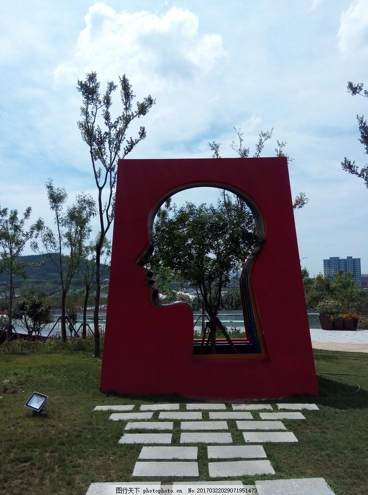 景观小品 人头 雕塑 红色 小品 景观 建筑 摄影 建筑园林 其他 72dpi